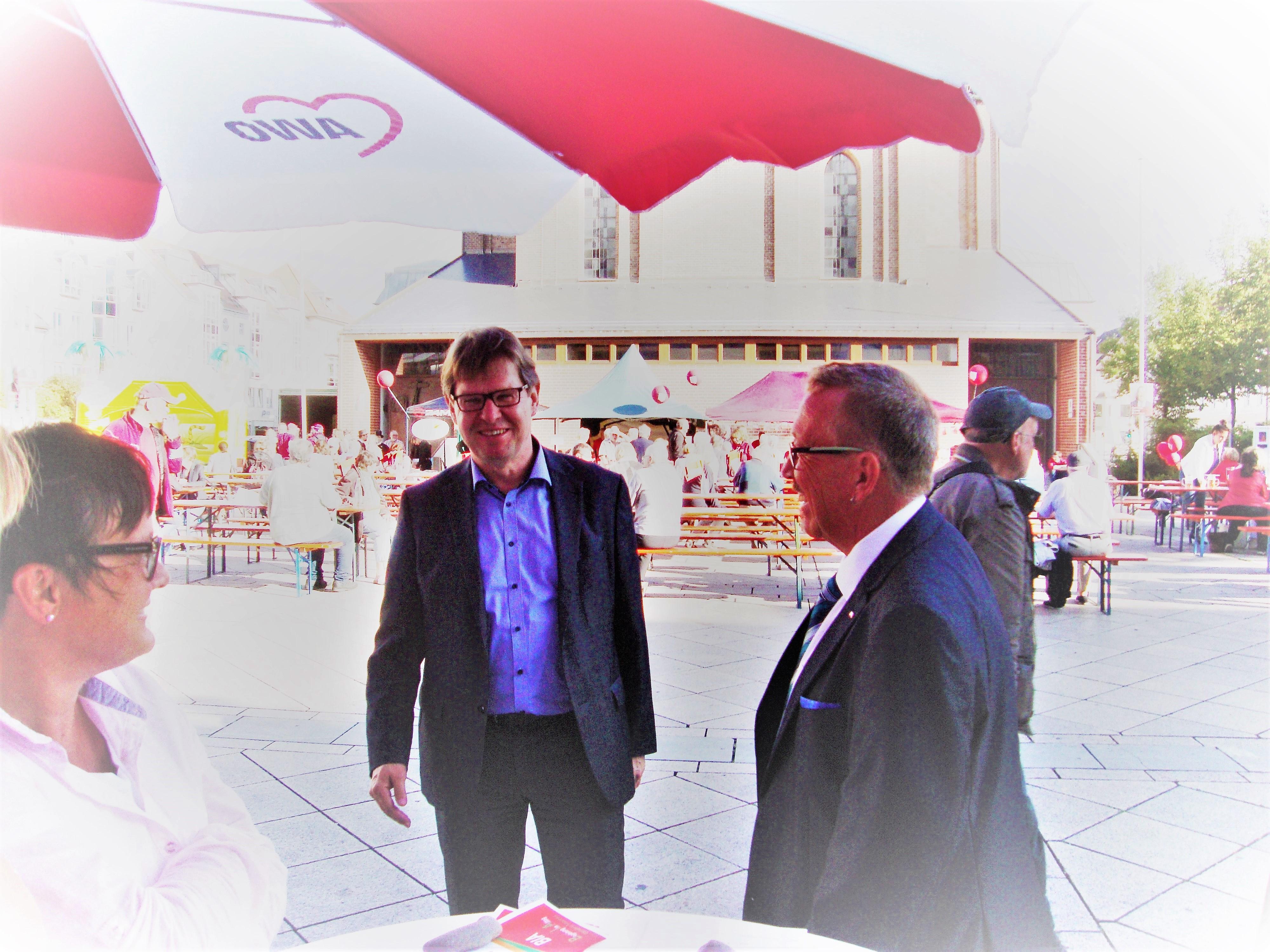 Bild mit Ralf Stegner , SPD-Vize (Mitte), MdB Dr. Karl-Heinz Brunner (rechts) und Friederike Draesner, Vorsitzende der Neu-Ulmer AWO (links)