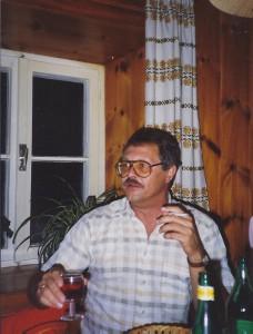 Hr. Kollmann mit Rotwein und Zigarette