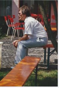 Hr. Kollmann, nachdenklich und rauchend auf der Bierbank